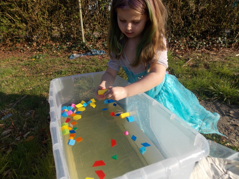 Playing and learning about shapes through water play
